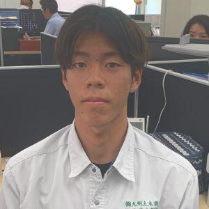 こんにちは。4月1日から新入社員になりました上原海音です。宮崎県出身の19歳です。運動することが大好きで、趣味特技はサーフィン、スケボーです。社員の人たちはみんな優しい人ばかりで、社内雰囲気もすごく良いと思います。測量はすごく楽しくやりがいのある仕事だと思います。なので、僕も仕事に貢献できるように日々頑張っています。